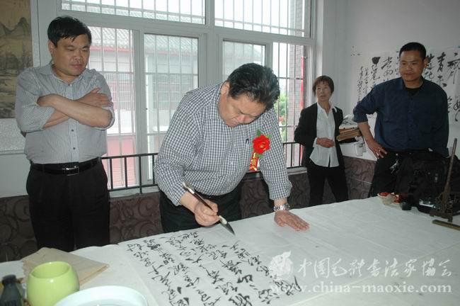 中国毛体书法家协会副会长梁宝玉书写现场图片